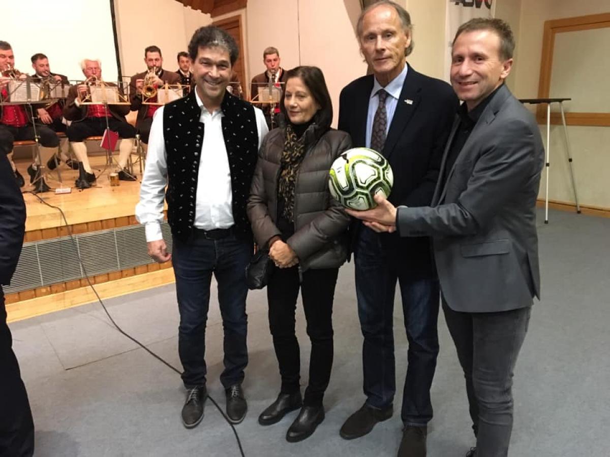 v.l.n.r.: Andreas Brandstätter (Obmann Kirchbacher Sportklub), Dr. Christoph Schasché (Präsident ASVÖ Kärnten) mit Gattin, Mag. Klaus Mitterdorfer (Präsident KFV)  Quelle: KFV, Triebnig