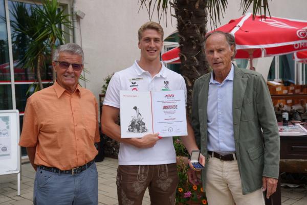 Ehrenzeichen des ASVÖ Kärnten in Gold für Heiko Gigler // v.l.n.r. Schwimmvereins-Ehrenpräsident Ferdinand Kendi, Heiko Gigler, ASVÖ-Präsident Dr. Christoph Schasché // (c) W. Pleschberger (KK)